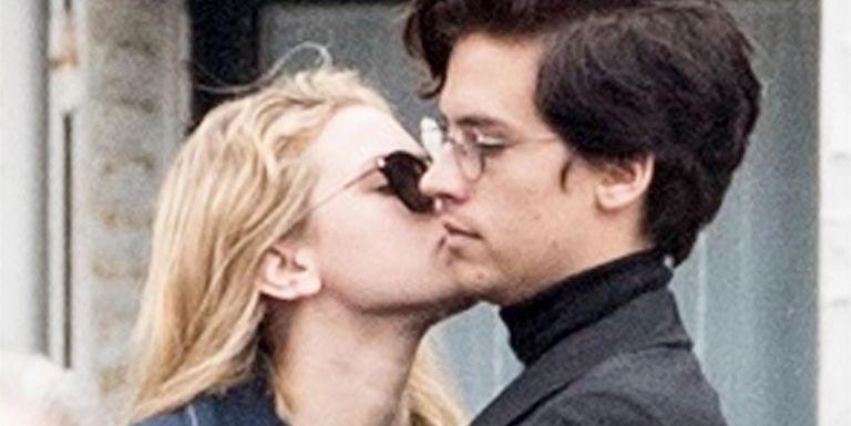 candid-teen-kiss