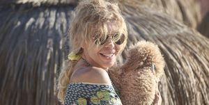 Bibiana Fernández con sus perros en la playa