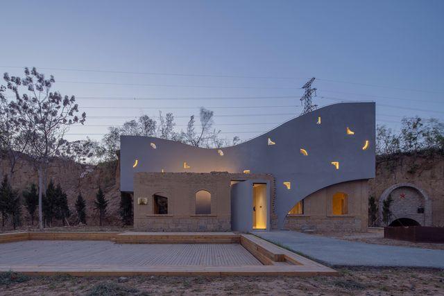 una biblioteca reformada en china en la que han mantenido los muros originales combinándolos con arquitectura moderna