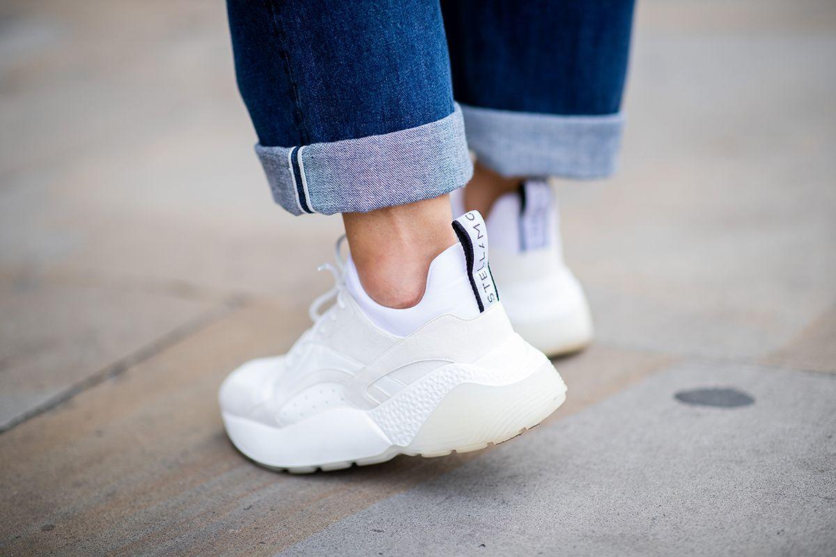 Come pulire le sneakers bianche: il bicarbonato è top per sbiancarle