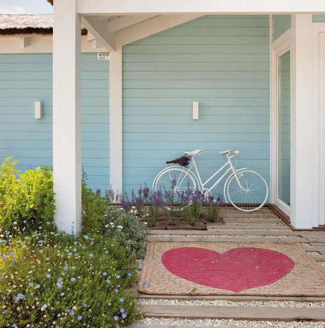 porche casa azul con bicicleta