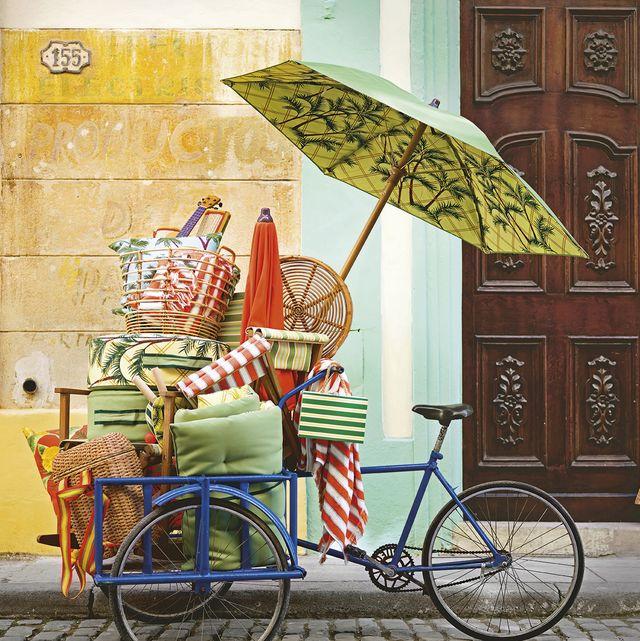 bicicleta con carrito y sombrillas de playa