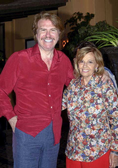 edmundo y la veterana presentadora, en una imagen de cuando eran pareja, sonríen cogidos de la cintura