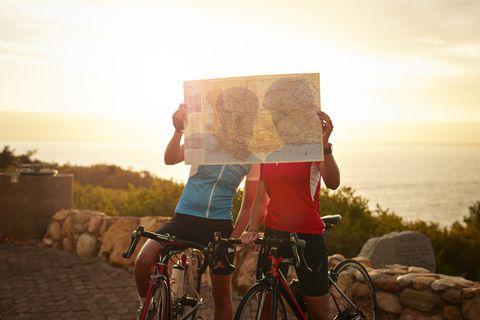 Les cyclistes en regardant la carte, au coucher du soleil