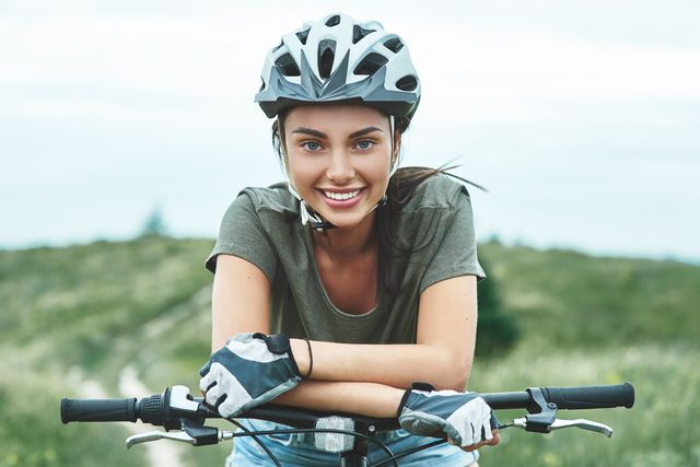 vrouw die aan het bikepacken is