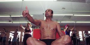 Bikram Choudhury tijdens een yogales