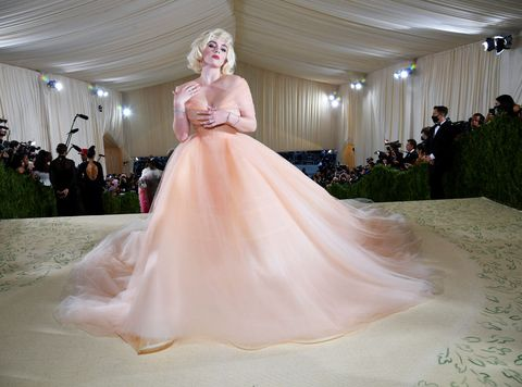 billie eilish穿著粉色洋裝在2021 met gala