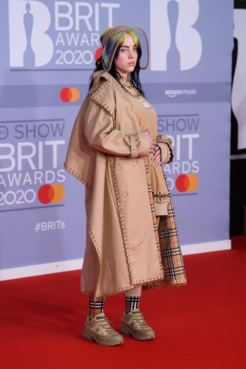 Billie Eilish en la alfombra roja de los Brit Awards 2020.