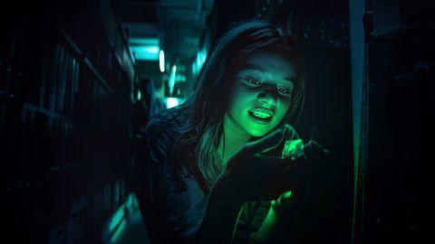 una chica en la serie biohackers