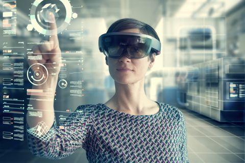 Mujer llevando smartglasses