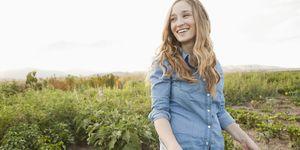 Vrouw op landbouwgrond