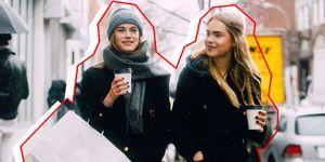 Twee vrouwen shoppen tijdens black friday