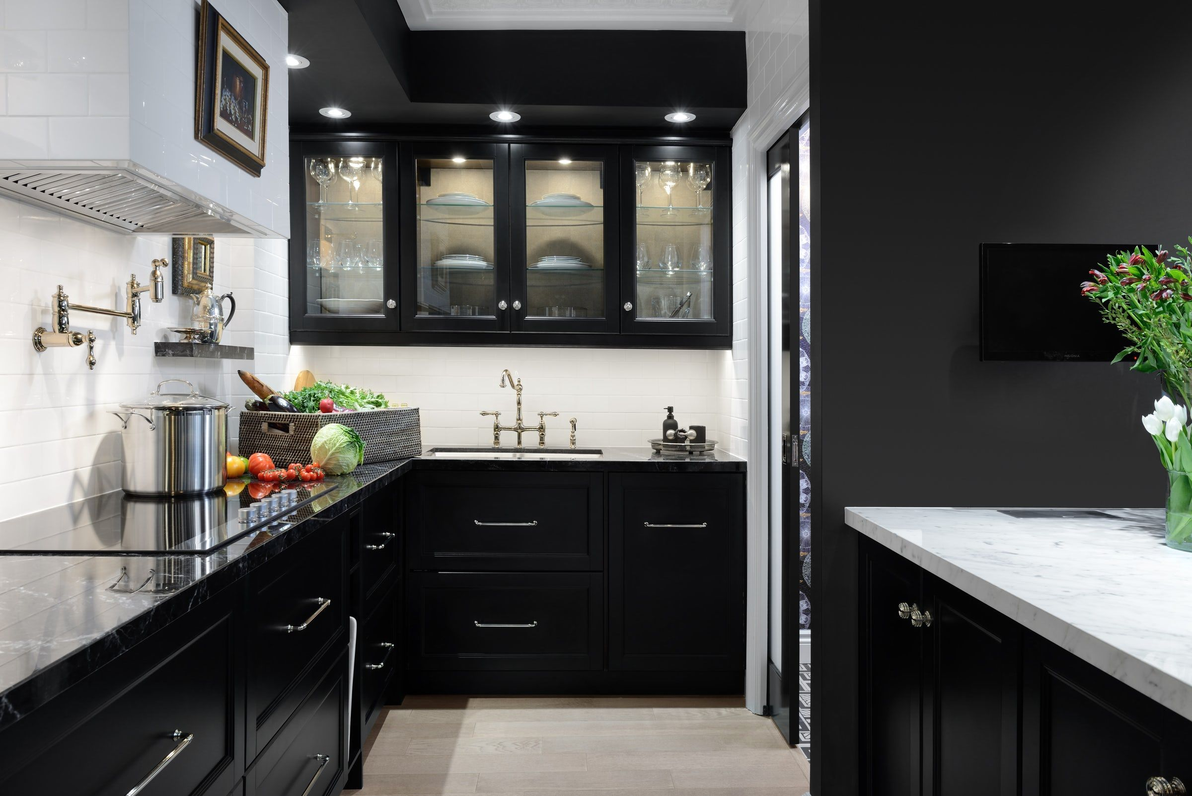 30 sophisticated black kitchen cabinets kitchen designs with black rh elledecor com kitchen tiles black and white design black and white kitchen design ideas