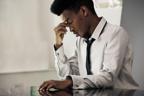 Man heeft stress om het leven.