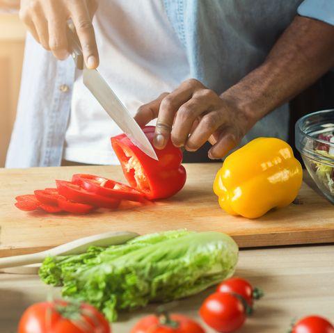 homme noir, préparer, salade de légumes