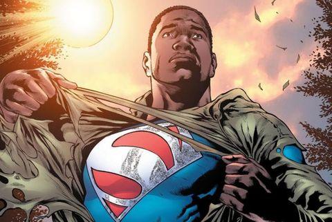 iñeta de comic de dc en la que puede verse a un superman de color mostrando la letra ese de su traje