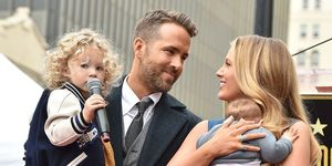 Blake Lively en Ryan Reynolds poseren bij de Hollywood Walk of Fame met dochters James en Inez
