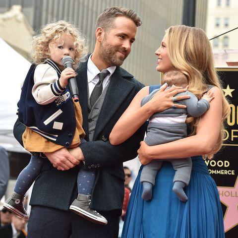 Blake Lively en Ryan Reynolds poseren bij de Hollywood Walk of Fame met dochters James en Inez