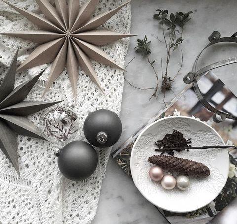 Una casa blanca acogedora con decoración navideña