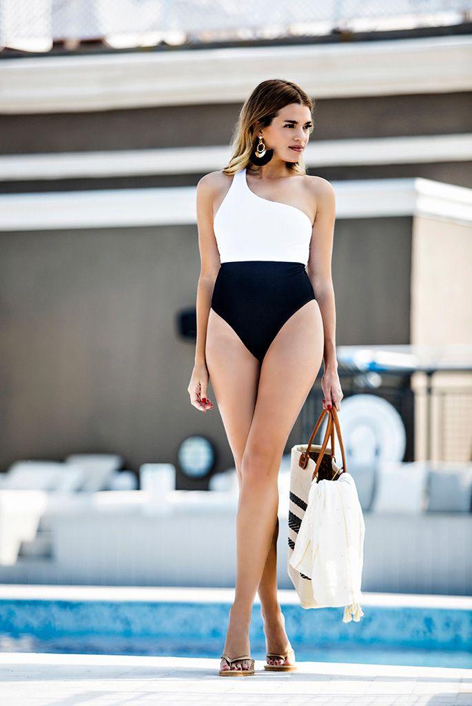 Mirian Pérez con un bañador blanco y negro de Women Secret.