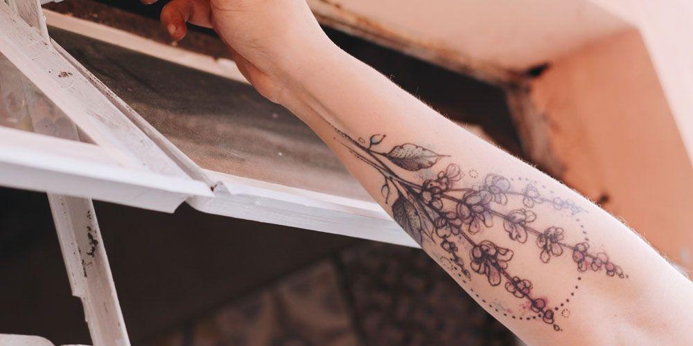 Bloementattoos, tiny tattoos, lente, bloemen, tatoeages, tatoeagetrend,