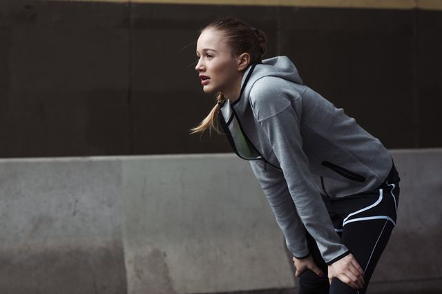 mujer cansada después de entrenar