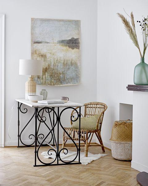 salón con despacho y mesa vintage, de bloomingville