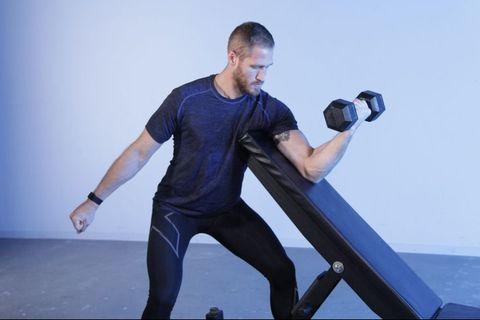 ダンベルを使った正しい「プリーチャーカール」で上腕筋と上腕二頭筋に筋肉をつける