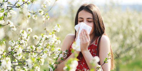 Vrouw aan het niezen in de buitenlucht