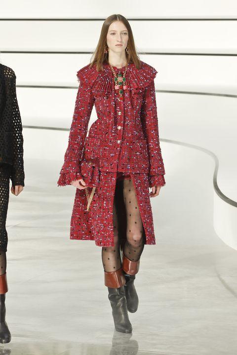 chanel otoñoinvierno 2020 21, modelo con chaqueta y falda de tweed granate con cuello plisado
