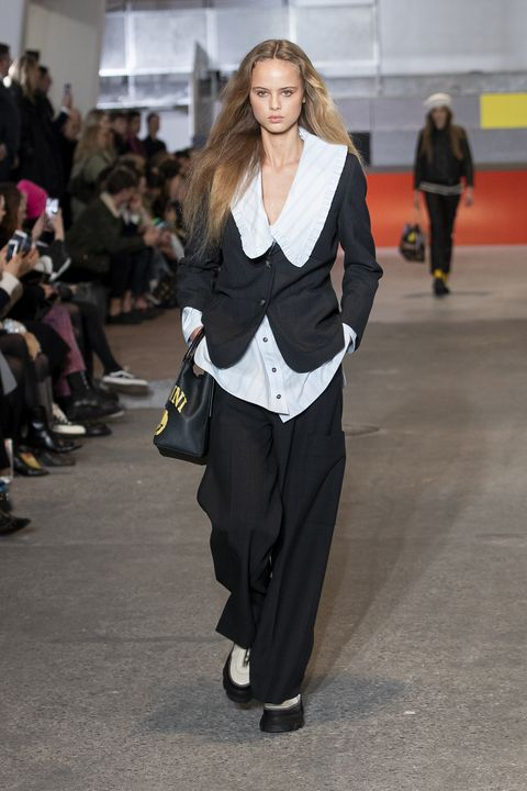desfile de ganni, modelo con blusa cuello bobo, blazer y pantalón