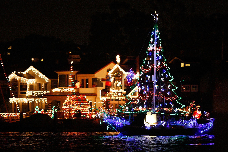 båter og yachter deltar i Newport Beach Christmas Boat Parade