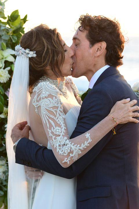 la actriz paz padilla y juan vidal agarrado durante su boda en cádiz