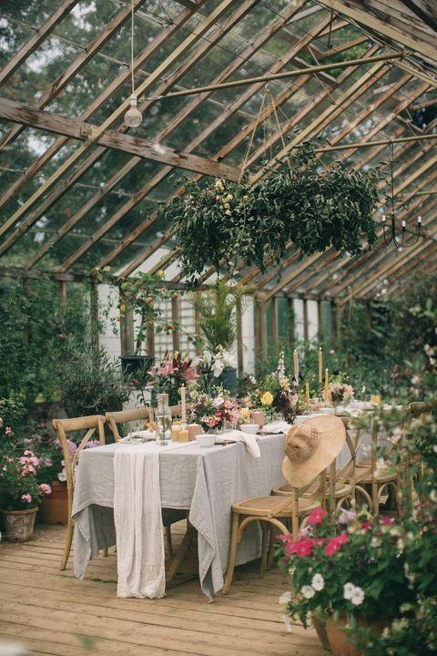 Mesa de comedor en un invernadero celebrando una boda