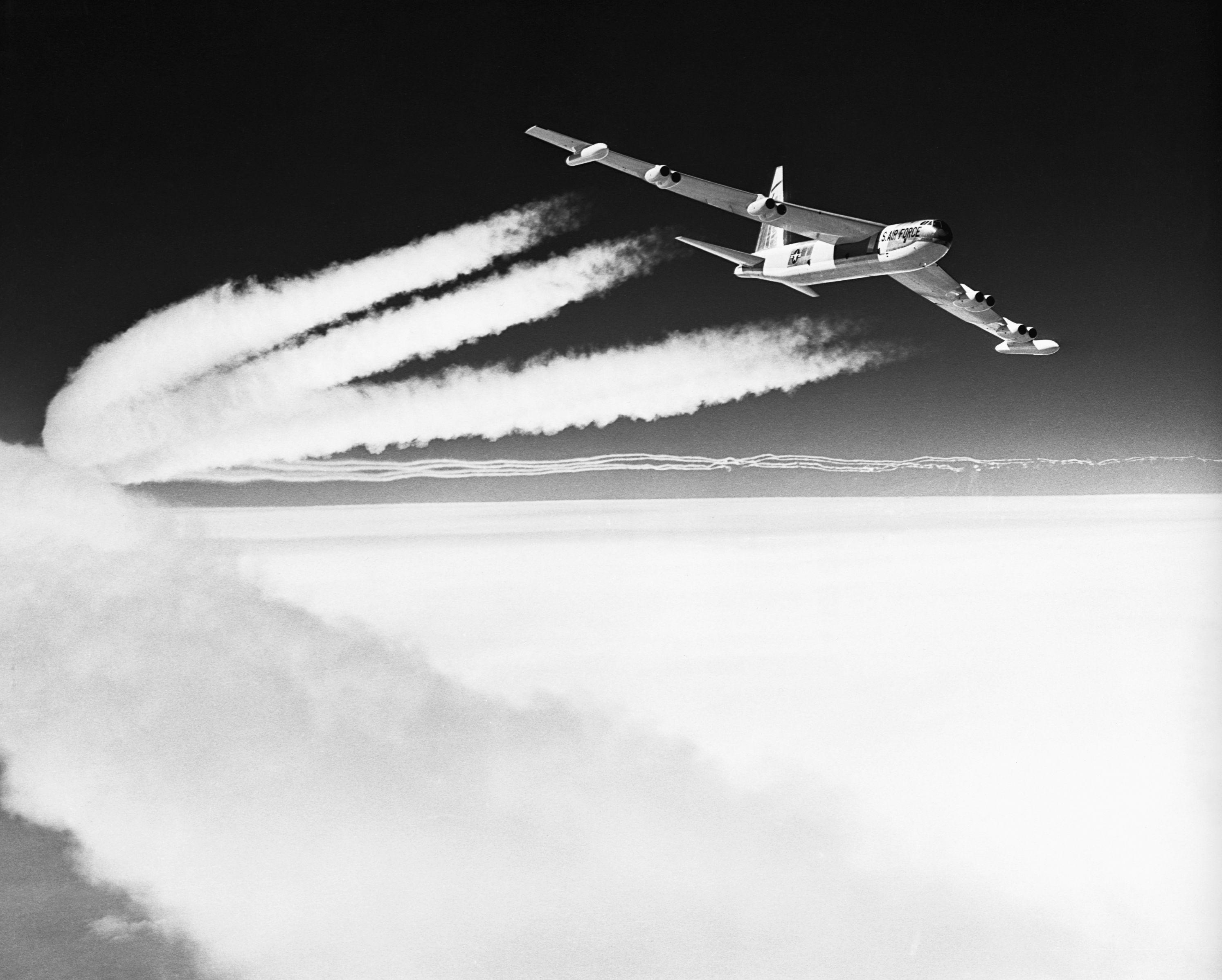 Bombardeiro Boeing B-52 em voo com esteiras