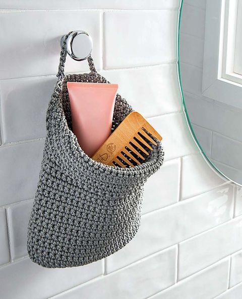 cesta de malla gris para el baño