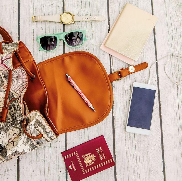bolso de viaje con movil y pasaporte