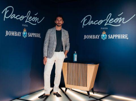 paco leon colaboracion con bombay sapphire y el mueble bar que ha creado