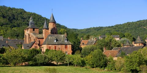 Château, Natural landscape, Medieval architecture, Castle, Building, Village, Rural area, Estate, Stately home, Tree,