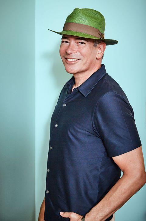 el venezolano, con un sombrero de color verde, sonríe a la cámara