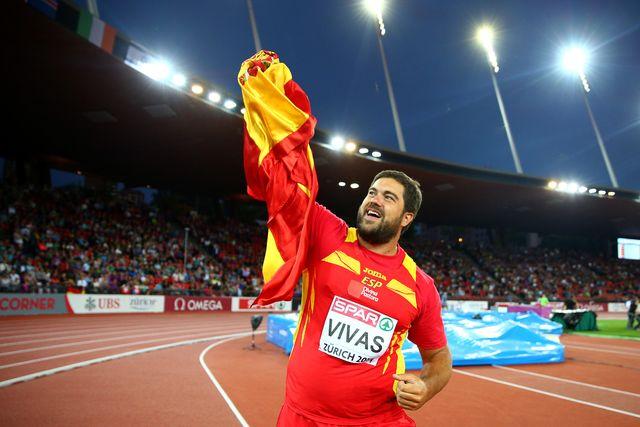 borja vivas celebra su medalla de plata europea en lanzamiento de peso en zurich 2014