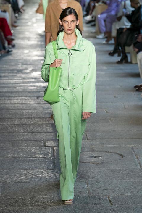 model op de catwalk in groen pak bij boss