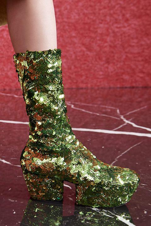 τάση υποδημάτων φθινόπωρο 2021 μεταλλικές και λαμπερές μπότες