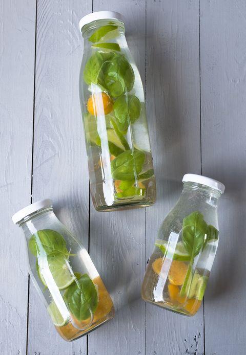 botellas de cristal con agua saborizada
