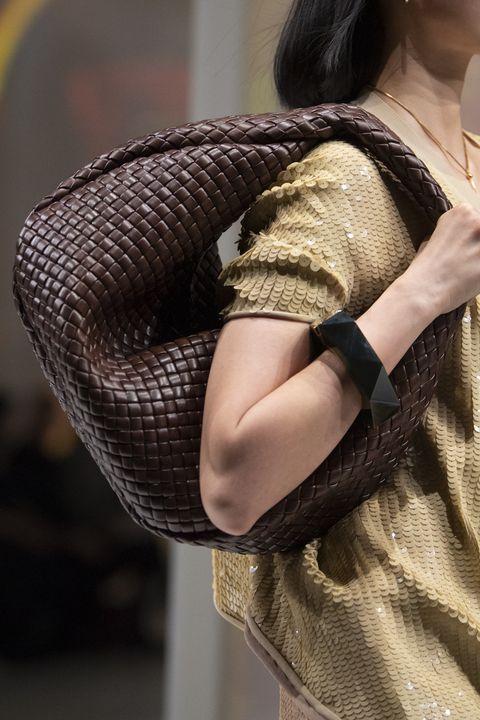 Bottega Veneta presenteert nu al dé it-items van komend seizoen middels hun Herfst/Winter 2020 collectie