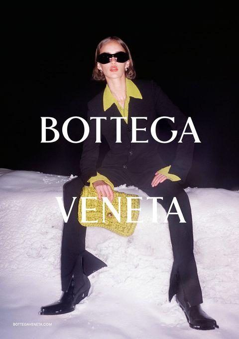 Eyewear, Vision care, Leg, Sunglasses, Sleeve, Trousers, Winter, Outerwear, Style, Coat,