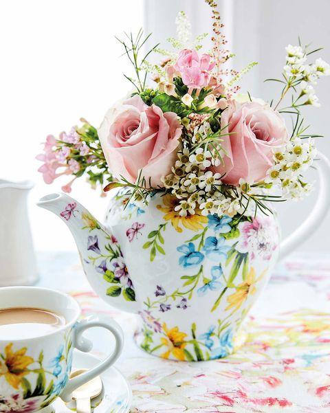 tetera y taza con estampado floral