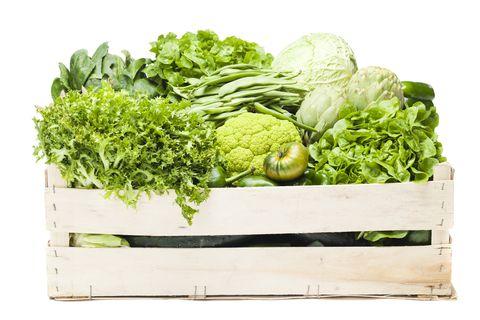 各式各樣綠色蔬菜在木箱中