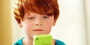 Niño jugando con smartphone
