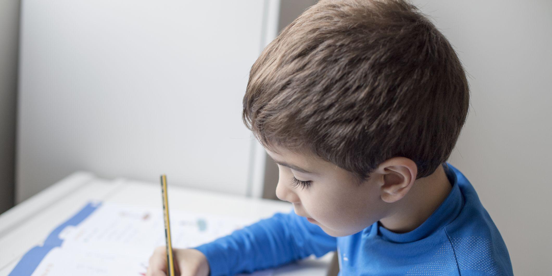 Niño de primaria haciendo deberes